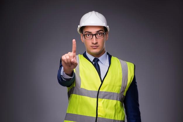Mężczyzna nosi kask i kamizelki budowlane