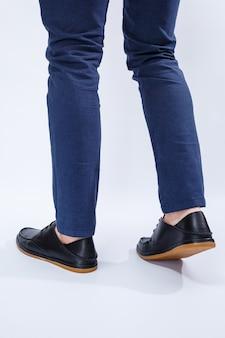 Mężczyzna nosi klasyczne czarne buty ze skóry naturalnej na koronce, buty męskie w stylu biznesowym
