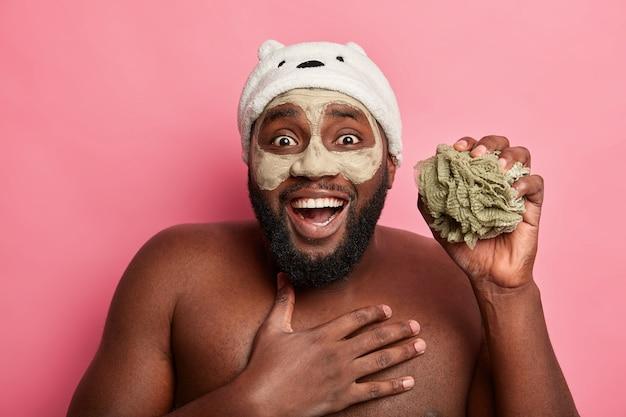 Mężczyzna nosi maskę kosmetyczną na twarzy do pielęgnacji skóry dermatologii