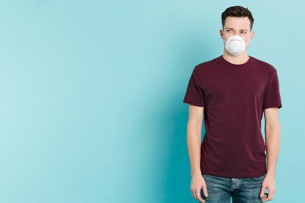 Mężczyzna nosi maskę medyczną, aby zapobiec koronawirusa