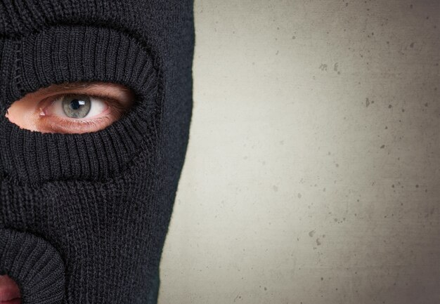 Mężczyzna nosi maskę z miejscem na kopię na tle