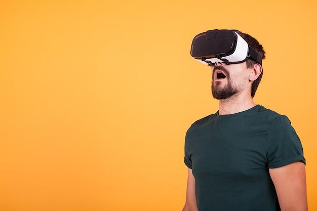 Mężczyzna noszący gogle wirtualnej rzeczywistości vr jest zdumiony. nowoczesna technologia