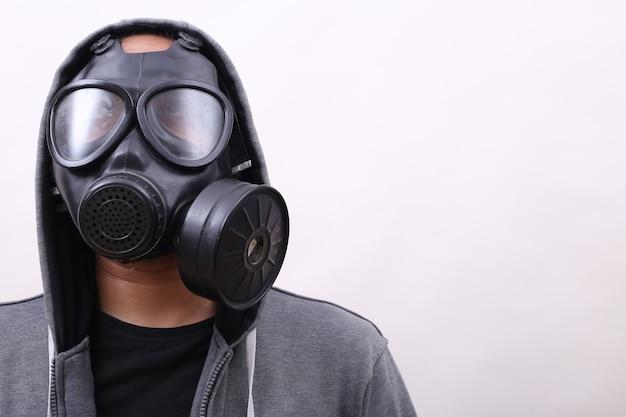 Mężczyzna noszący maskę gazową na białym tle