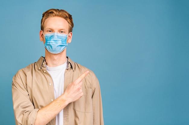 Mężczyzna noszący maskę higieniczną, aby zapobiec infekcji, chorobom układu oddechowego przenoszonego drogą powietrzną, takim jak grypa, 2019-ncov