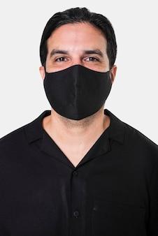 Mężczyzna noszący maskę na twarz podczas nowej normalności