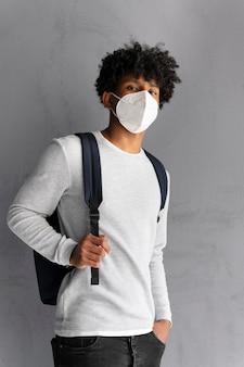 Mężczyzna noszący maskę średni strzał