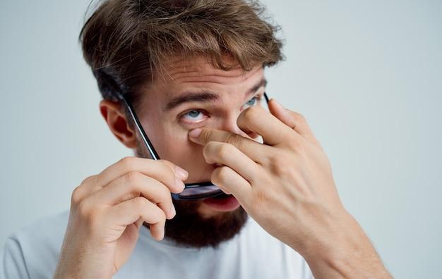 Mężczyzna noszący okulary problemy zdrowotne leczenie krótkowzroczności