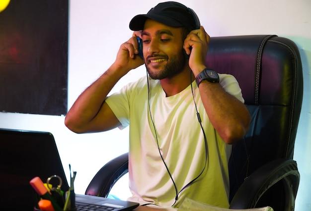 Mężczyzna noszący słuchawki, aby wziąć udział w targach online na studia
