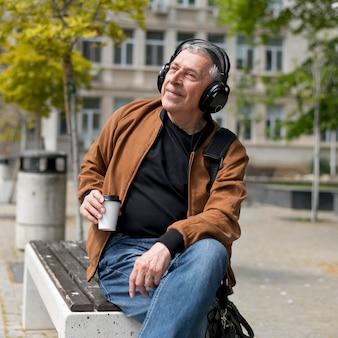 Mężczyzna noszący słuchawki średni strzał