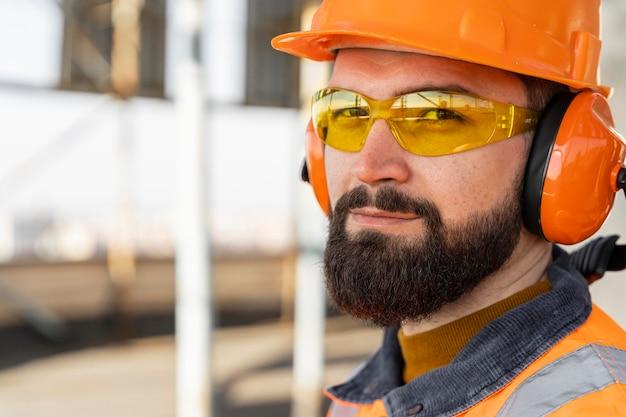 Mężczyzna noszący sprzęt ochronny w pracy