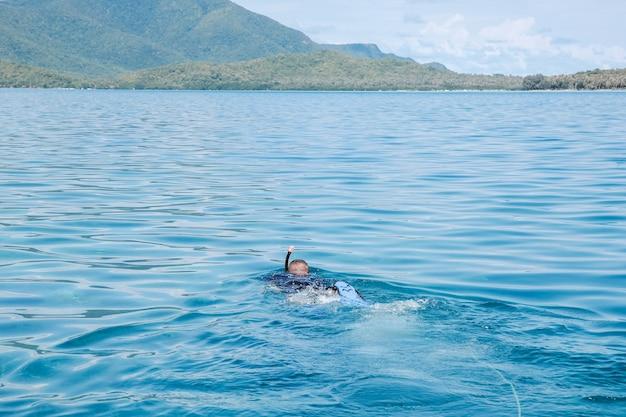 Mężczyzna nurkujący w morzu?