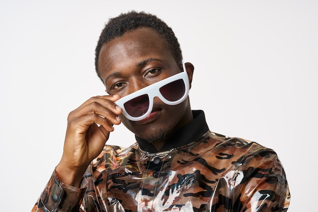 Mężczyzna o afrykańskim wyglądzie w białych okularach przeciwsłonecznych