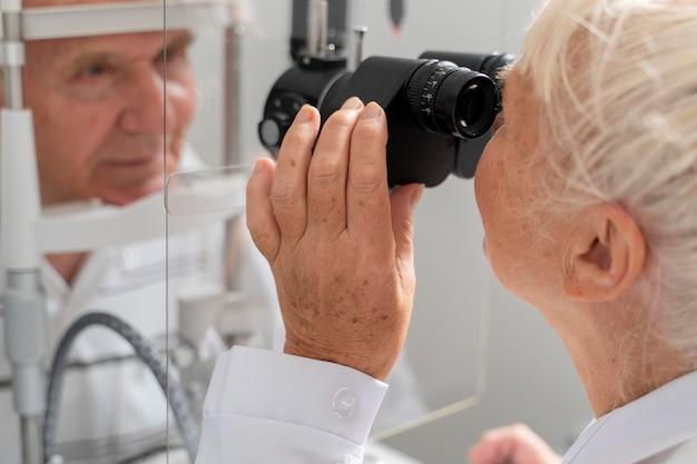 Mężczyzna o badaniu okulistycznym