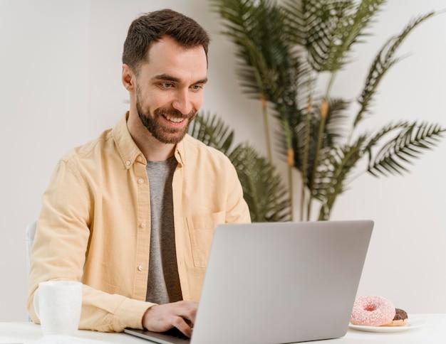 Mężczyzna o połączenie wideo na laptopie
