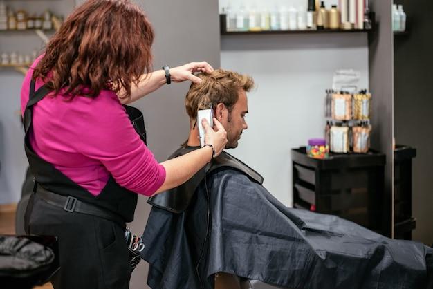 Mężczyzna o włosy obcięte w zakładzie fryzjerskim