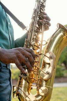 Mężczyzna obchodzi międzynarodowy dzień jazzu