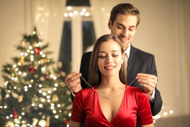 Mężczyzna obdarowuje swoją dziewczyną piękny naszyjnik