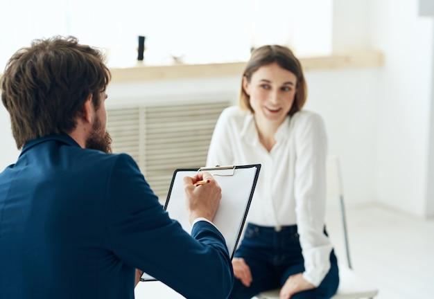 Mężczyzna obok kobiety komunikacja dyskusja konsultacje zawodowe problemy psychiczne