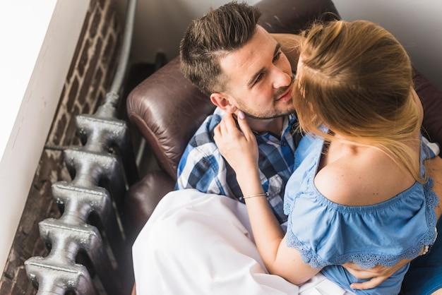 Mężczyzna obsiadanie na kanapie z jego dziewczyną