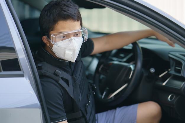 Mężczyzna ochroniarz w masce na twarz i kuloodporny na zewnątrz