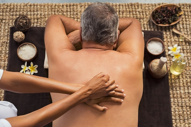 Mężczyzna odbiera masaż pleców