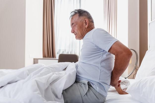 Mężczyzna odczuwa ból pleców po śnie