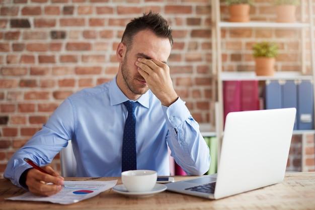 Mężczyzna odczuwa dużą presję w pracy
