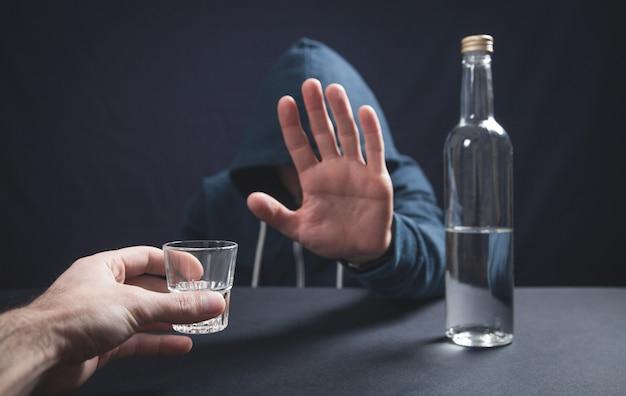 Mężczyzna odmawia picia alkoholu. zatrzymać