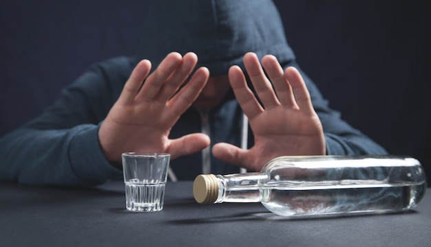 Mężczyzna odmawia picia alkoholu
