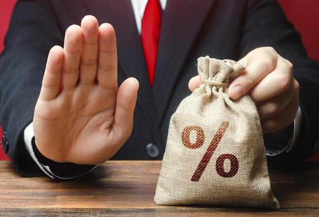 Mężczyzna odmawia wydania worek pieniędzy na kredyt.
