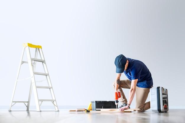 Mężczyzna odnawia swój dom z przestrzenią projektową