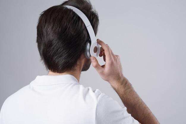 Mężczyzna odwrócił się i słuchał muzyki.