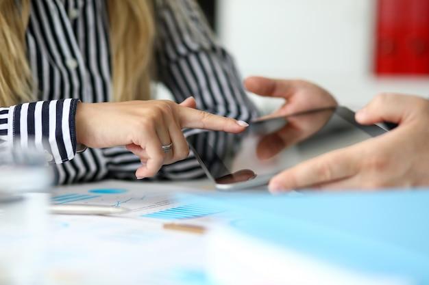 Mężczyzna oferujący kobieta klienta tablet pc, aby potwierdzić ofertę
