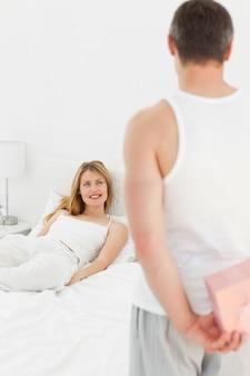 Mężczyzna oferujący prezent dla swojej dziewczyny