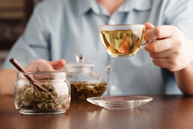 Mężczyzna oferuje filiżankę herbaty