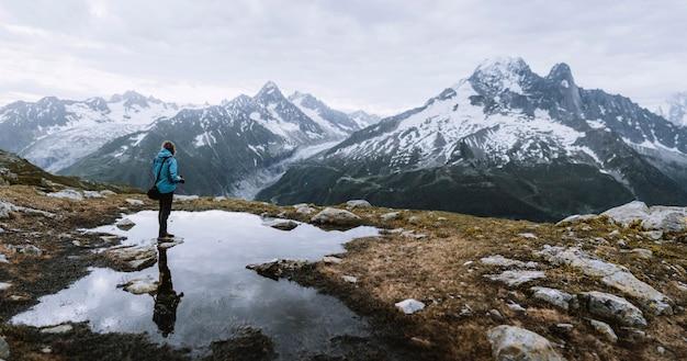 Mężczyzna ogląda alpy chamonix we francji