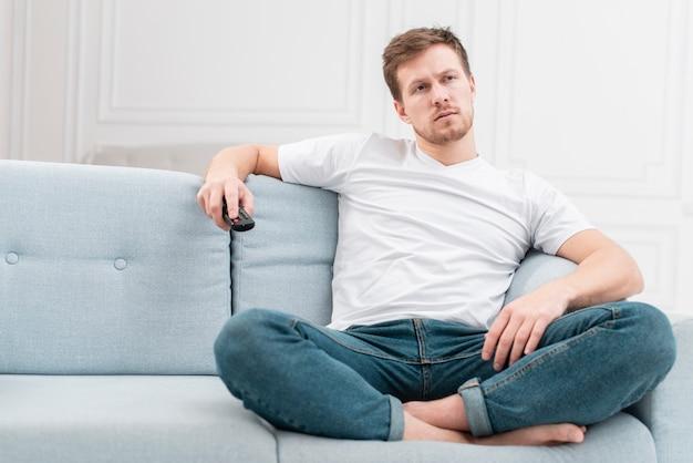 Mężczyzna ogląda film w telewizji