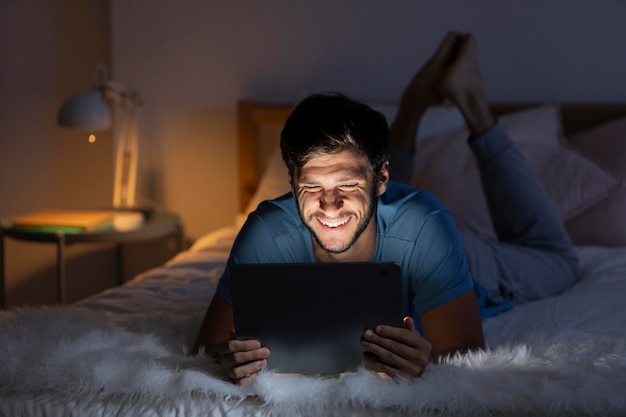 Mężczyzna ogląda netflix na swoim tablecie
