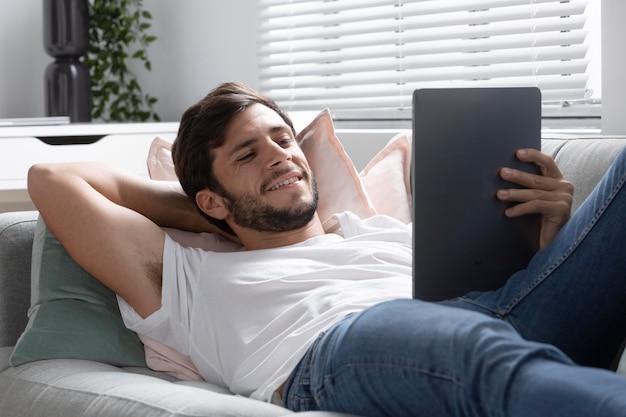 Mężczyzna ogląda swój ulubiony film na tablecie