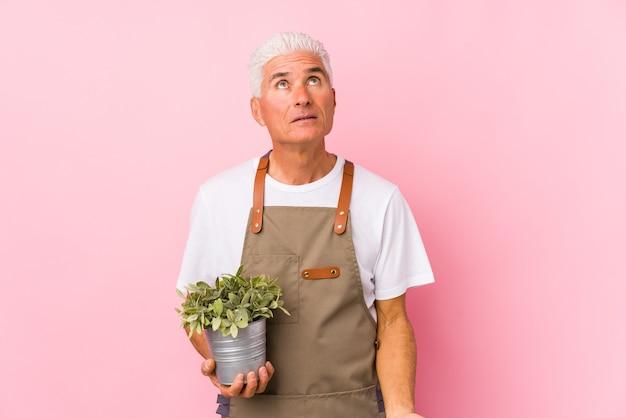 Mężczyzna ogrodnik w średnim wieku