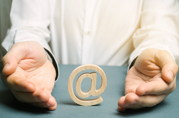 Mężczyzna otacza ręce e-mailem i internetem