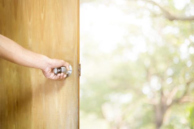 Mężczyzna otwiera drzwi