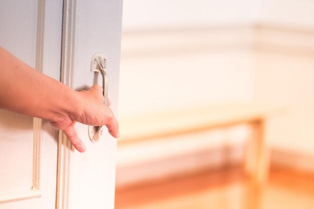 Mężczyzna otwiera drzwi.