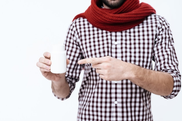 Mężczyzna owinął szalik wokół szyi. on ma ból gardła.