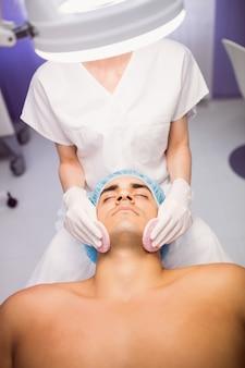 Mężczyzna pacjenta otrzymującego masaż od lekarza