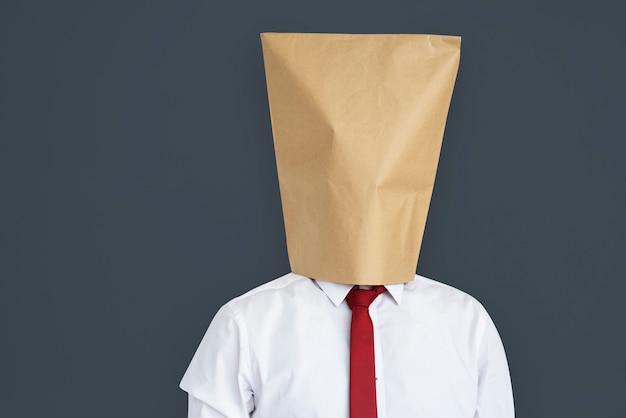 Mężczyzna papierowej torby pokrywy twarz zawstydzony portreta pojęcie