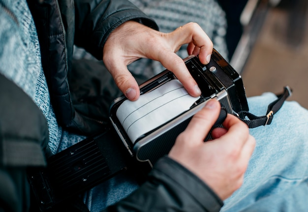 Mężczyzna patrząc na film aparatu retro