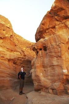 Mężczyzna patrząc na kolorowy kanion w egipcie