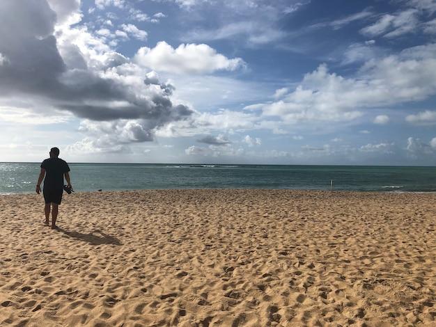 Mężczyzna patrzący na plażę przezroczyste morze
