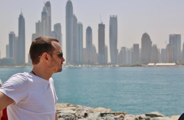 Mężczyzna patrzeje dubaj miasto